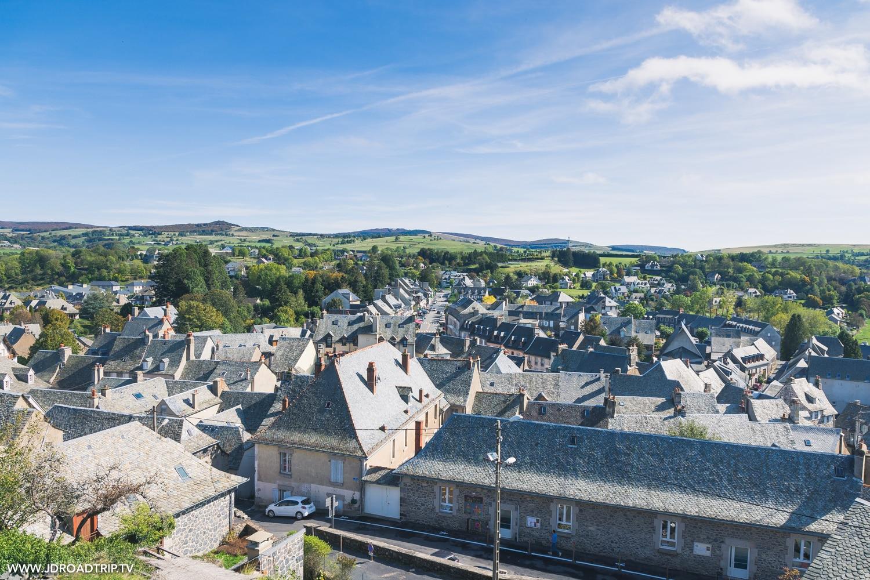 Je suis dans le nord de l'Aveyron pour visiter le village de Laguiole, au cœur l'Aubrac connu pour ces couteaux et son fromage AOP au lait cru. Une jolie exploration en autonomie après que faire à Millau, je suis aussi venue faire une randonnée autour de Laguiole pour écouter et voir le brame du cerf en Aveyron.